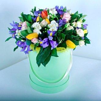 Ирисы и тюльпаны в коробке